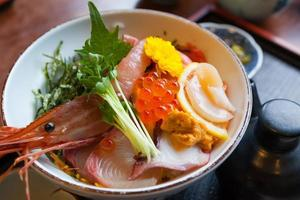 japanmat sashimi på riset foto