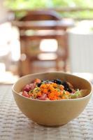 sushi don, rå lax tonfisk bläckfisk på ris foto