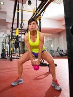 gym kettlebells swing träningsträning på gymmet foto