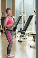 ung kvinna gör övning för biceps foto