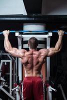 frisk ung man gör övning för rygg foto