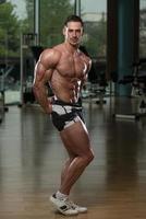muskulösa män som böjer muskler