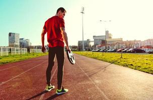 atletisk man innehar vikt foto