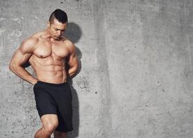 manlig fitnessmodell med magmuskler foto