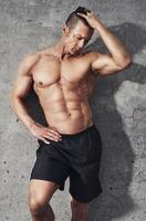 fitness modell porträtt, muskulös bygga man avkopplande. foto
