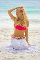 blond tjej på stranden foto