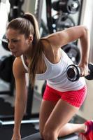 ung kvinna på gymmet