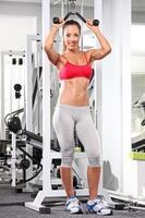 fullängds porträtt av en kvinna som tränar