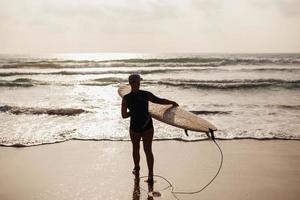 surfing kvinna med surfing board back view foto