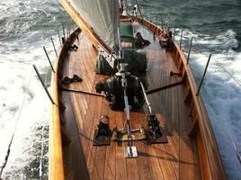 klassisk segelbåt till sjöss foto