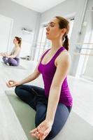 två kvinnor som gör yoga foto
