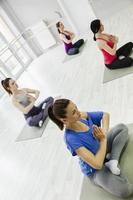 grupp kvinnor som gör yoga foto