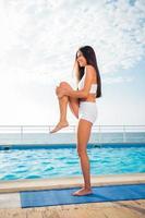 kvinna gör fitnessövningar utomhus foto