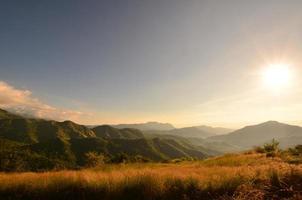 bergslandskap vid soluppgång foto