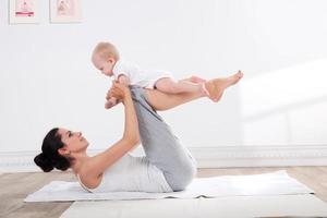 mamma och baby gymnastik foto
