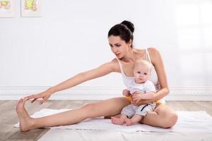 frisk mamma och barn som gör gymnastik foto