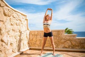 vacker kvinna som utövar yoga foto