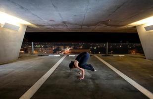 ung kvinna som håller yogaställningar i ett offentligt rum foto