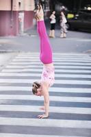 yogaövning (gata) foto
