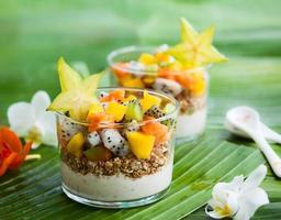 frukost med exotiska frukter foto