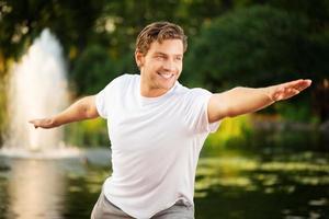 ung man som utövar yoga foto