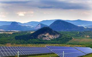 landskap med solpaneler foto