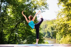 kvinna som gör yoga utomhus. foto