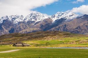 grönt fält och bergslandskap foto