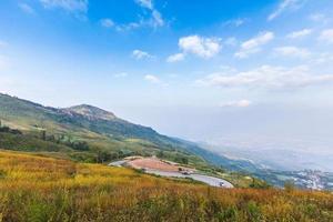 landskap med bergsvägen, Thailand foto