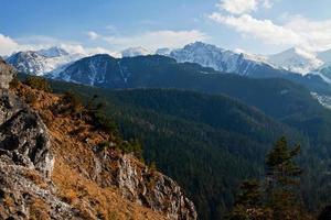 berg snöiga landskap med sten foto