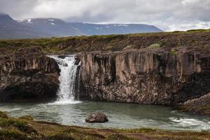 landskap med vattenfall i Island