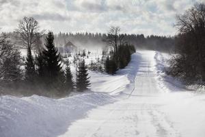 vinterlandskap med vägen foto