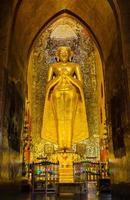 burmesiska stående buddha foto