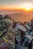 sommarlandskap. soluppgång i bergen. foto