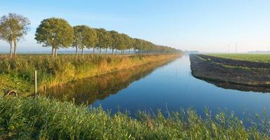 kanal genom ett lantligt landskap foto