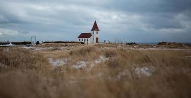 isländska kyrkan i vintrigt landskap foto