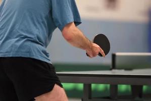 bordtennisspelare som väntar på bollen foto