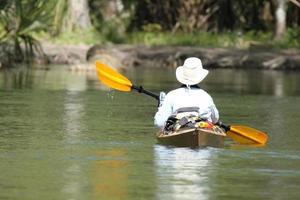 manlig kayaker foto