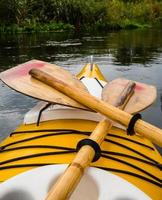 gul kajak och paddla foto