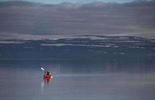 kvinna kajakpaddling i still sjö