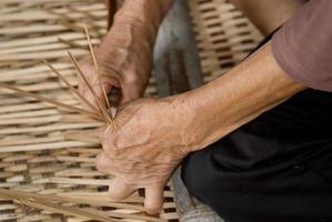 arbetar med rotting, annah rais, sarawak, borneo, malaysia foto