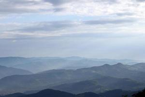 bergslandskap tidigt på morgonen västra serbien