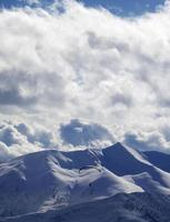 kvälls solljus berg och silhuett av paraglider foto