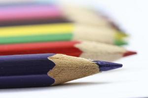 rad med färgade träpennor. foto