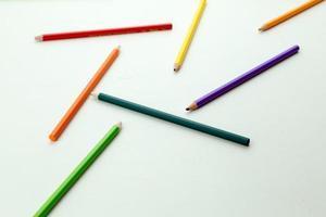 rad med färgblyertspennor foto