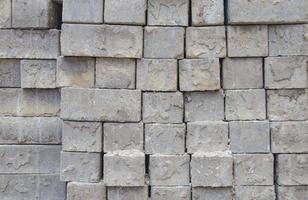 grå tegelstenar staplade i rader