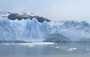 patagoniskt landskap med glaciär och sjö foto