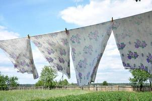 rad gardiner som hänger upp för att torka