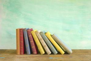 rad med böcker, grungy bakgrund, gratis kopieringsutrymme foto
