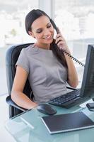 leende attraktiv affärskvinna svara telefonen foto